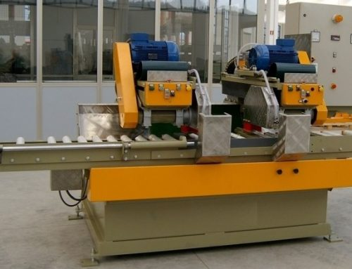 Cross cutting machine with double blade and controlled positioning